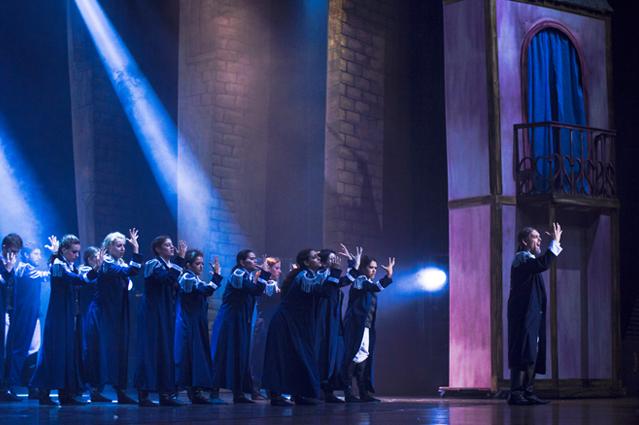 Marco Lacerda interpreta Javert e é acompanhado por bailarinos (Foto: Alessandro Viana)