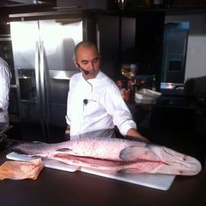 Chef Ivan Lopes ensinando como limpar e preparar Pirarucu