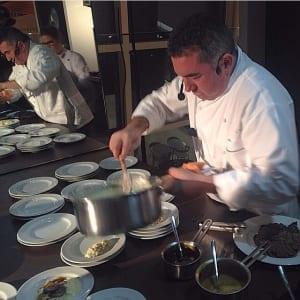 Chef Ivo Lopes ensinando o preparo do risoto